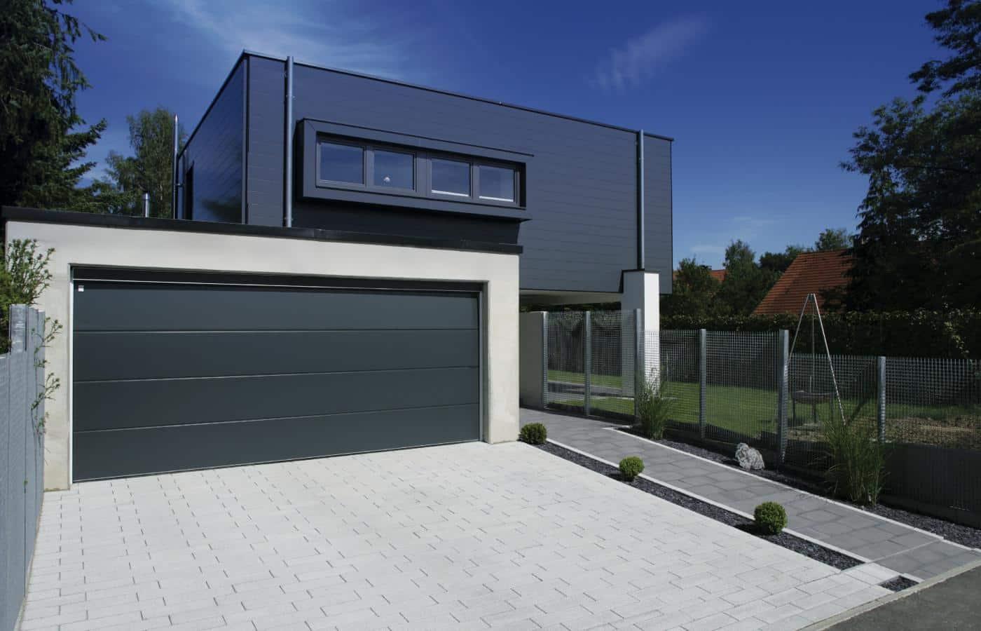 La porte de garage motorisée d'une belle résidence